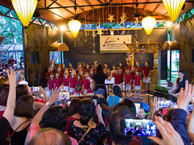 Weihnachtsmarkt 2017: Schulchor mit Publikum