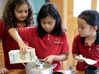 Schülerinnen beim Kochen