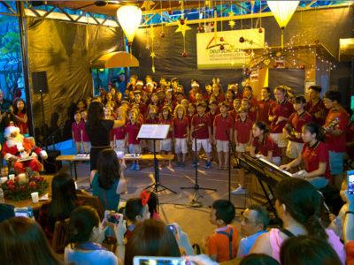 Traditioneller Deutscher Weihnachtmarkt in HCMC: Chor sind Weihnachtslieder