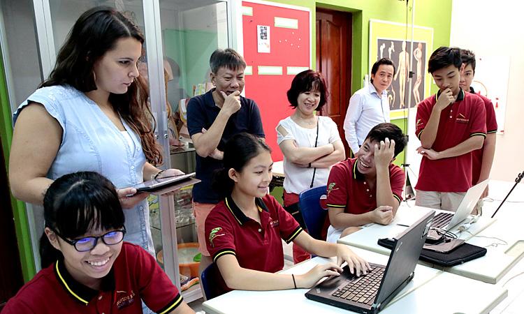 InterTech 2017: Schüler zeigen am Laptop ihre Medienkompetenz