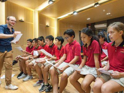Schüler im Studio bei der Aufnahme einer Musik-CD