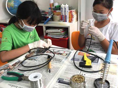 Sekundarstufe I, Naturwissenschaft: Zwei Schülerinnen beim Löten