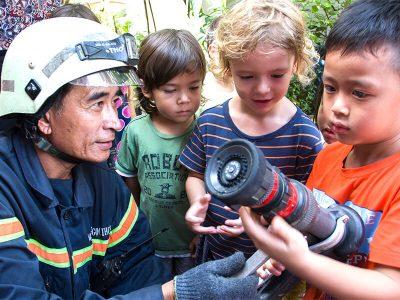 Die Kinder des U6-Bereichs lernen die Arbeit und die Arbeitsgeräte der Feuerwehr kennen
