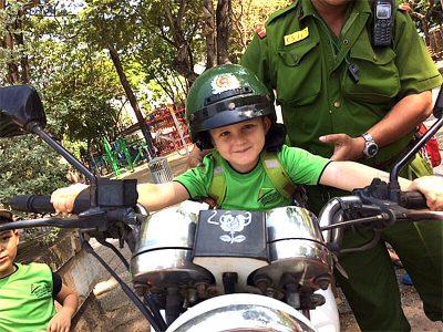Junge auf einem Polizei-Motorrad