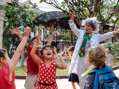Kinder fangen nach Seifenblasen