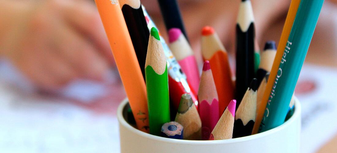 Becher mit Buntstiften. Copyright: Alicja (pixabay)