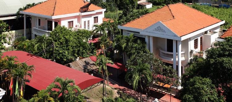 Schulgebäude der IGS als Villencampus mit Palmen