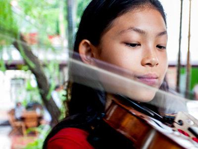 Junge Schülerin mit Geige