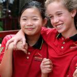 IGS: Vier befreundete Schülerinnen auf dem Campus