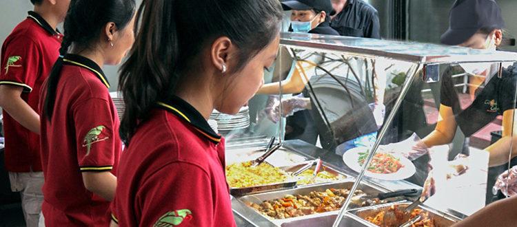 Mensa der IGS: Schüler stehen an Essensausgabe
