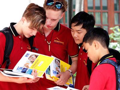 IGS Sekundarstufe: Vier Schüler mit Schulbüchern Chemie.