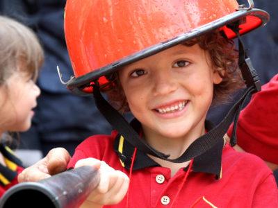 Die Feuerwehr zu Gast bei der IGS: Vorschüler mit Feuerwehrhelm