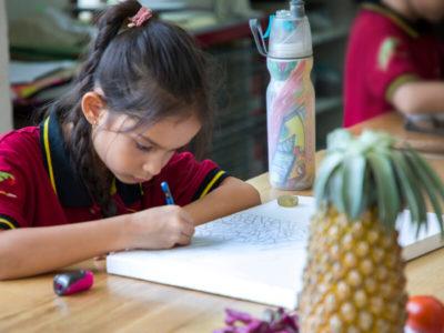 Primarstufe: Schülerin beim Malen
