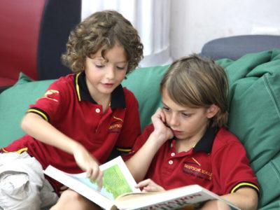 Primarunterricht: Zwei Schüler beim Lesen