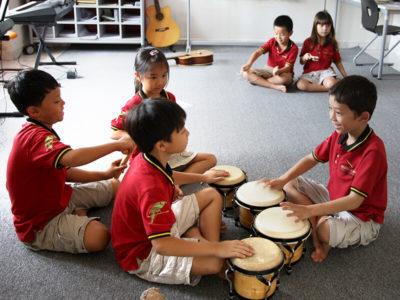 Primarstufe: Musik. Schüler beim Trommeln auf Bongos