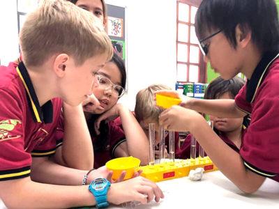 Primarstufe: Sachunterricht. Schüler bei Versuchen mit Reagenzgläsern