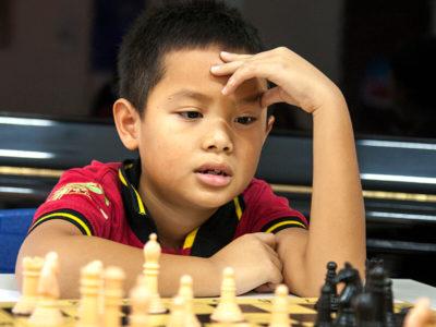 Primarstufe: Schüler beim Schachspielen