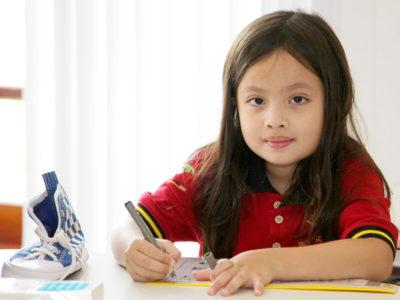 Primarstufe: Schülerin beim Schreiben